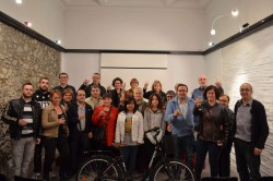 Tots els ciutadans que ahir varen voler acompanyar a l'Angelina en el moment de l'entrega de la bicicleta